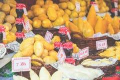 Oscypek fumé polonais traditionnel de fromage sur le marché de Noël dedans Images stock