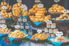 Oscypek fumé polonais traditionnel de fromage sur le marché de Noël dedans Image stock