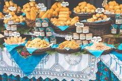 Oscypek fumé polonais traditionnel de fromage sur le marché de Noël dedans Photos libres de droits