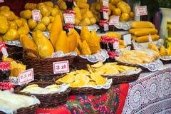 Oscypek fumé polonais traditionnel de fromage sur le marché de Noël dedans Images libres de droits