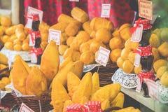 Oscypek fumé polonais traditionnel de fromage sur le marché de Noël dedans Photo stock