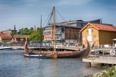 Oseberg北欧海盗船和她的拷贝在海湾, Tonsberg,挪威 库存图片