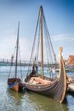 Oseberg北欧海盗船和她的拷贝在海湾, Tonsberg,挪威 库存照片