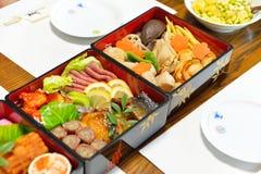 Osechi, nourriture japonaise traditionnelle de nouvelle année, dans des boîtes noires de lacqueware Photos stock