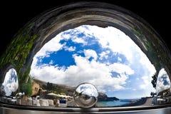 Osedd verklighet - mediterrean landskap och kust i en silversticklingshus Arkivfoto