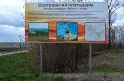 OSETRIVKA, RUSSIA - 24 APRILE 2017: un bordo di informazioni con informazioni Immagine Stock