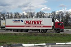 OSETRIVKA, RUSSIE - 24 AVRIL 2017 : le grand camion Photo libre de droits