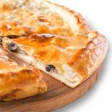 Osetyjski kulebiak z grulą i pieczarką odizolowywającymi na bielu Zdjęcia Stock