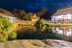 Oshino Hakkai by på natten i Japan royaltyfria bilder