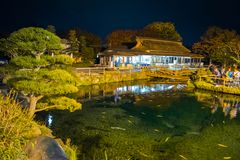 Oshino Hakkai by på natten i Japan arkivfoton