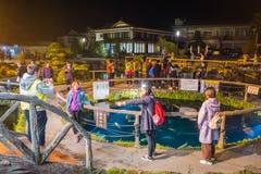 Oshino Hakkai by på natten i Japan royaltyfri bild