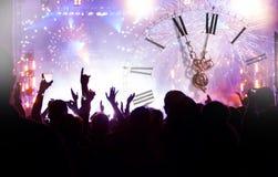 Osiąga blisko do północy, fajerwerków i tłumu czekania dla Nowego yea, zdjęcie stock