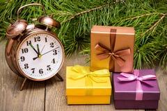 Osiąga nad drewnianym tłem z jedlinowym drzewem i prezentów pudełkami Obraz Stock