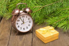 Osiąga nad drewnianym tłem z jedlinowym drzewem i prezenta pudełkiem Fotografia Stock