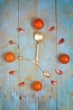 Osiąga ustawionego od pomidorów, czosnku i łyżek, Textured abstrakcjonistyczna zegarowa twarz pokazuje 5 niebieska tła Obrazy Royalty Free