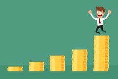 Osiągnięcie biznesowy mężczyzna jest szczęśliwy na pieniądze sterty wykresie Zdjęcie Stock