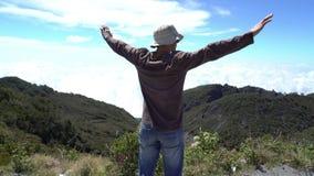 osiągnięcie na szczyt Obsługuje przychodzący przy widoku punktem przy patrzeć wokoło nad chmury Piękny inspiracyjny lanscape akty zbiory
