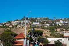 Osiedle mieszkaniowe na stronie góra z niebieskiego nieba tłem zdjęcie royalty free