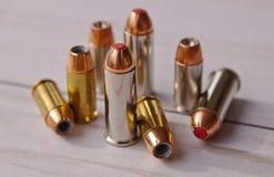 Osiem pocisków, pięć 40 kaliberu wydrążenia punktów i trzy, i 44 dodatków specjalnych czerwień przechylali ones obraz stock