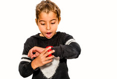 Osiem roczniaka dziewczyna patrzeje jej zegarek zaskakującego kiedy Zdjęcia Royalty Free