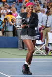 Osiemnaście czasów wielkiego szlema mistrz 2014 i us open wstawiamy się Serena Williams mienia us open trofeum podczas trofeum pr Obraz Royalty Free