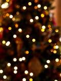 Oskarp bakgrund av ljus på julgranen royaltyfri bild