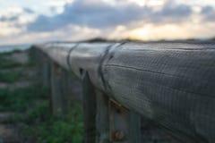 Oskarp bakgrund för träräcke arkivfoto