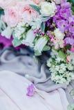 Oskarp bild med fokusen på den lilla blomman royaltyfri fotografi