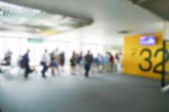 Oskarp defocused bild av passageraren på flygplatsterminalen Royaltyfri Foto