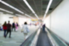 Oskarp defocused bild av passageraren på flygplatsterminalen Royaltyfri Fotografi