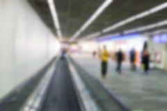 Oskarp defocused bild av passageraren på flygplatsterminalen Royaltyfria Bilder