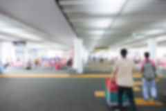 Oskarp defocused bild av passageraren på flygplatsterminalen Fotografering för Bildbyråer