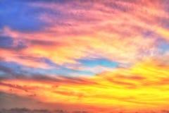Oskarp dramatisk himmel på soluppgång Arkivbilder