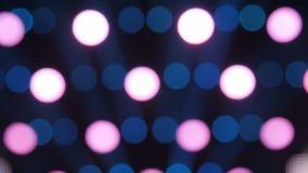 Oskarp fokus av färgrikt strålljus i bakgrunden av etappen stock video