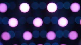 Oskarp fokus av färgrikt strålljus i bakgrunden av etappen arkivfilmer