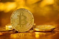 Oskarp guld- bakgrund för guld- btcbitcoin Royaltyfria Foton