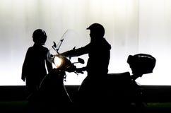 Oskarp kontur av mannen ett nästa moped- och kvinnaanseende royaltyfria foton