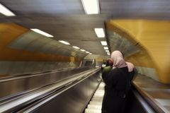 Oskarp rörelsebild av folk på en rulltrappa royaltyfria bilder