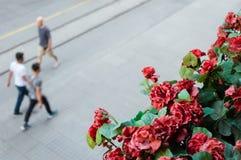 Oskarp sikt av att gå folk i det Beyoglu området av Istanbul Arkivfoton