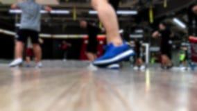 Oskarp sikt för nivå för golv för övningsdansgrupp stock video