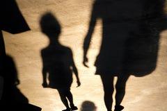 Oskarp skugga av gå för barn och för moder royaltyfria foton