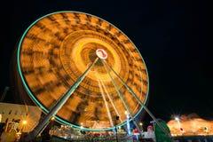 Oskarp snurrande för pariserhjul med utomhus- lång exponering på natten Royaltyfria Foton