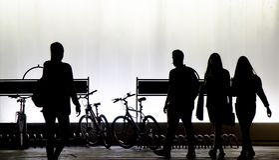 Oskarpa konturer av ungdomarsom går i den svartvita natten fotografering för bildbyråer