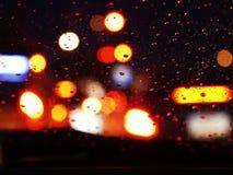 Oskarpa ljus av bilar på stadsgator på natten, transport - rusningstid royaltyfri foto