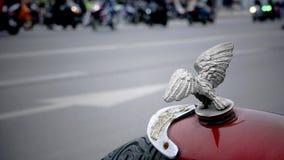 Oskarpa motorcyklar som kör ner gatan arkivfilmer