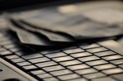 Oskarpa pengar på datortangentbordet Royaltyfri Bild