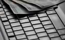 Oskarpa pengar på datortangentbordet Fotografering för Bildbyråer