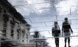 Oskarpa reflexionsskuggakonturer av par som går på mörker r royaltyfria bilder