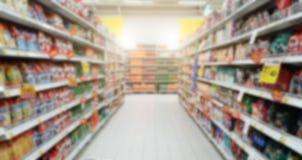 Oskarpa shoppa hyllor i supermarket och varuhus Sho royaltyfri bild