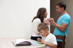 Oskarpa svära föräldrar för familjkonflikt royaltyfri bild